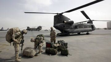 Canadian chinook helicopters used in Marjah offensive (photo by Stefano Rellandin/Reuters)