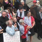 Solidarity Notes choir, in keffiyehs