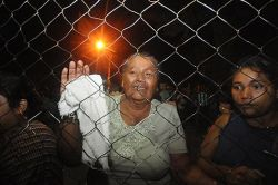 Relatives of men held inside the Comayagua prison after the fire. Photo by AP.